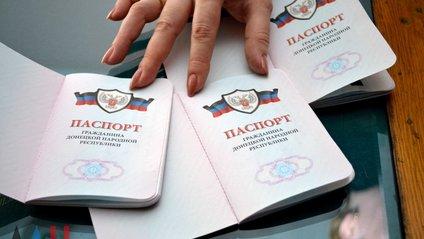 У Новотроїцькому співробітник прокуратури України помилково показав паспорт бойовика - фото 1