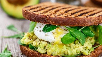 Дієтолог рекомендує їсти на сніданок тост, авокадо і яйця - фото 1