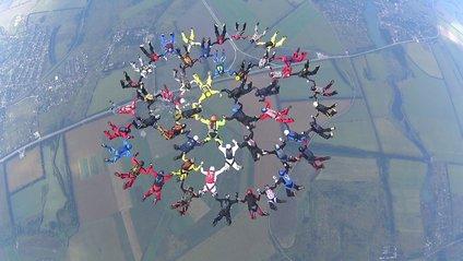 Півсотні парашутистів встановили рекорд до Дня Незалежності - фото 1