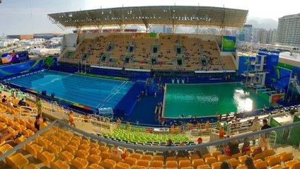 Назвали причину позеленіння води в олімпійському басейні - фото 1