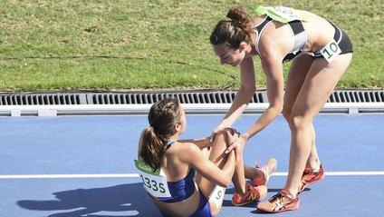 Зворушлива взаємодопомога олімпійських бігунок - фото 1