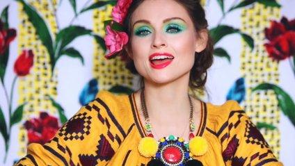 Софі Елліс Бекстор у яскравій вишиванці - фото 1