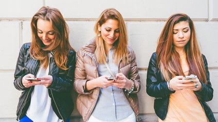 Науковці визначили наслідки користування телефонами - фото 1