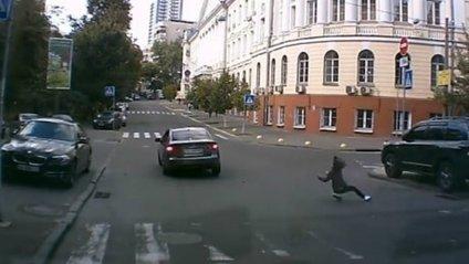 У Києві водій на високій швидкості збив дівчину та зник - фото 1