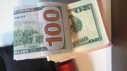 Інспектор намагався передати гроші у сумі 400 доларів - фото 1