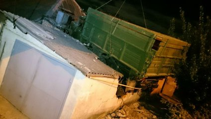 Вантажівка вилетіла на дах будинку - фото 1