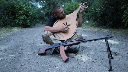 """Боєць """"Азову"""" грає на бандурі - фото 1"""