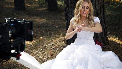 Співачка Alyosha втекла від чоловіка - фото 1