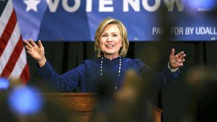 Гілларі Клінтон відсвяткувала день народження на борту літака - фото 1