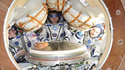Троє космонавтів успішно приземлилися у Казахстані - фото 1
