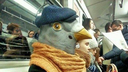 Людина-голуб в метро - фото 1