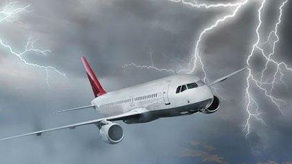 Блискавка влучила в літак - фото 1