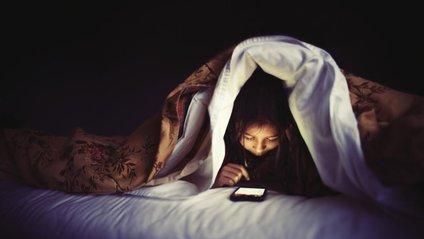 Вчені розповіли, чому краще вимикати мобільні телефони на ніч - фото 1