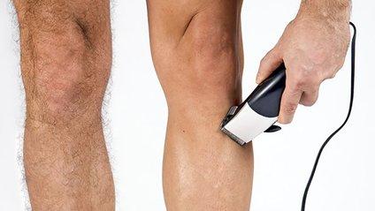 Чоловіки голять волосся на ногах - фото 1
