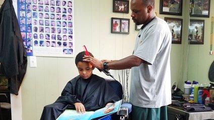 У одній з перукарень дітей стрижуть безкоштовно, якщо вони читають вголос - фото 1