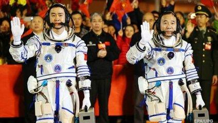 Екіпаж корабля складається з двох космонавтів - фото 1