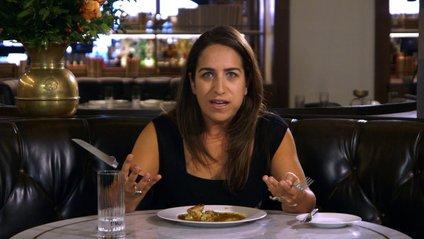 Вегетаріанка вперше скуштувала м'ясо: кумедне відео - фото 1
