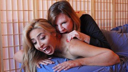 Американська масажистка кусає зірок за сідниці - фото 1