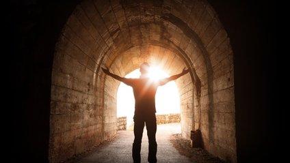 """Вчені пояснили феномен """"світла в кінці тунелю"""" - фото 1"""