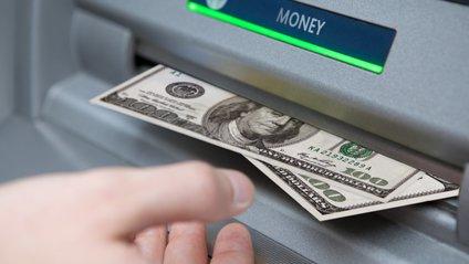 Біля банкомата не можна буде розмовляти по телефону - фото 1