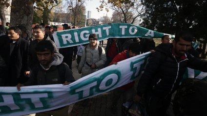 Мігранти протестують за відкриття кордонів - фото 1