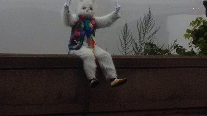 Білий кролик тероризує мешканців Лондона - фото 1