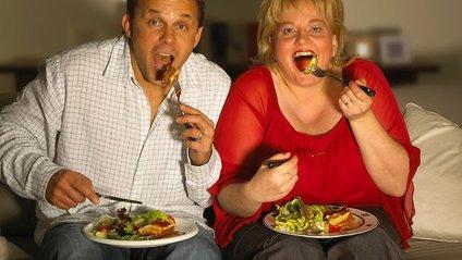 Дивитись телевізор шкідливо не тільки через переїдання - фото 1