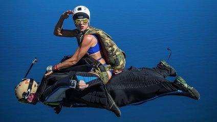 Справжній екстрим: мережу підкорив подвійний стрибок парашутистів - фото 1