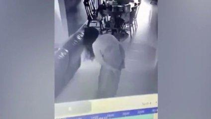 Мешканка Сінгапуру зняла на відео покоївку-зомбі - фото 1