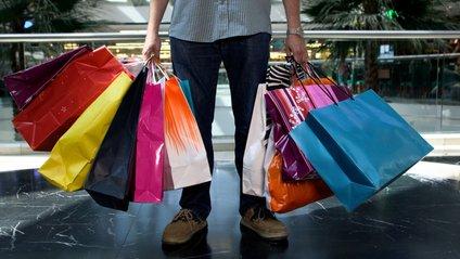 Чоловік на шопінгу - фото 1
