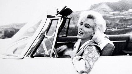 Актриса за кермом кабріолета на Голлівудських Холмах - фото 1