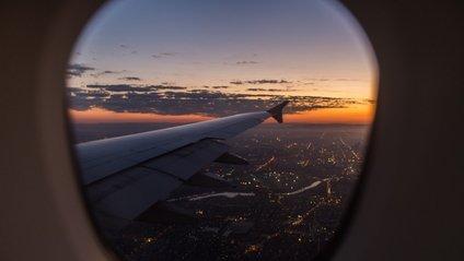 Навіщо потрібно підіймати шторки ілюмінаторів у літаку - фото 1