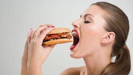 Дівчина їсть - фото 1