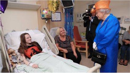 Єлизавета ІІ відвідала постраждалих у теракті в Манчестері: з'явилися фото - фото 1