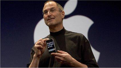 Стів Джобс з першим айфоном - фото 1