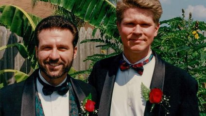 ЛГБТ-пара відтворила свої фото з Маршу Рівності 25 років потому - фото 1