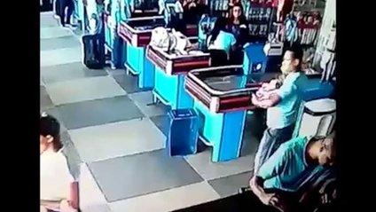 Нове вірусне відео: чоловік ногою відбив товар, який випав у нього з рук - фото 1