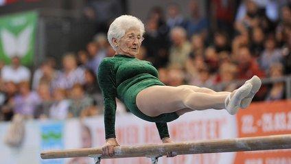 Ця бабуся-гімнастка вразила всіх: кумедне відео - фото 1