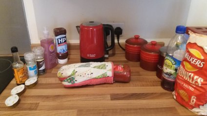 Британець поховав кетчуп, який вибухнув прямо у шафі - фото 1