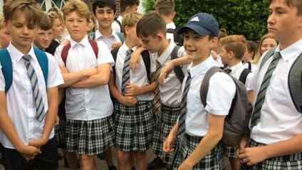 Юнаки прийшли до школи в спідниці заради протесту - фото 1