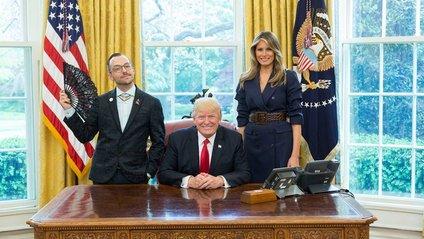 ЛГБТ-активіст зробив фото з подружжям Трампів і став зіркою - фото 1