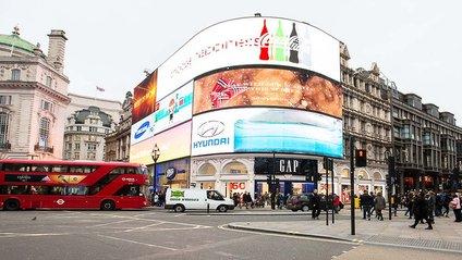 """У Лондоні включили """"розумний"""" рекламний щит - фото 1"""