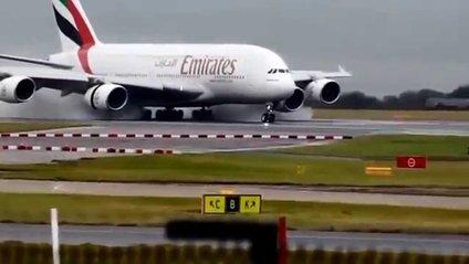 Пасажирський авіалайнер занесло при посадці - фото 1