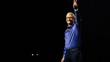 Тім Кук вибрав для себе сріблястий iPhone X: фотофакт - фото 1