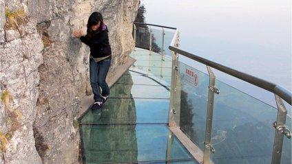 Скляний міст в Китаї почав тріскати - фото 1