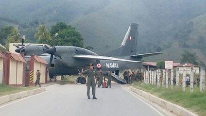 Літак врізався в базу поліції - фото 1