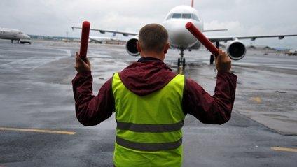 Регулювальник в аеропорту підняв пасажирам настрій - фото 1