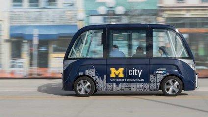 Безпілотний автобус потрапив в аварію - фото 1