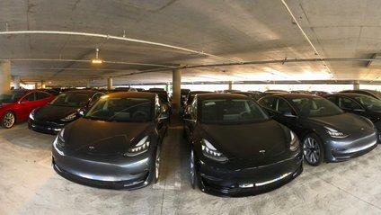На стоянці в США виявили кілька десятків Tesla Model 3 - фото 1