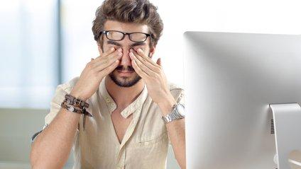 Медики назвали основні ознаки втоми очей - фото 1
